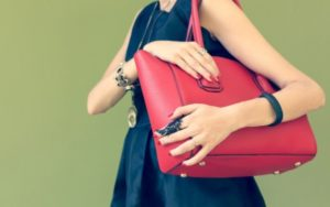 鞄を脇に抱える女性