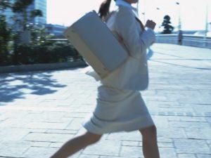 服が擦れて肌ストレスを与えている女性