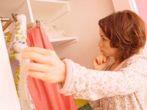 脇を締め付けない衣服を選ぶ女性