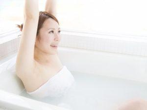 黒ずみが薄くなってきた入浴中の女性