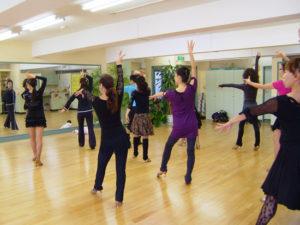 ダンスを練習する女性